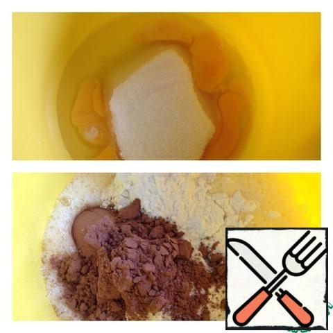Beat eggs with sugar literally 15 seconds. Then pour cocoa, flour and milk powder with baking powder. Beat the dough for 10 seconds.