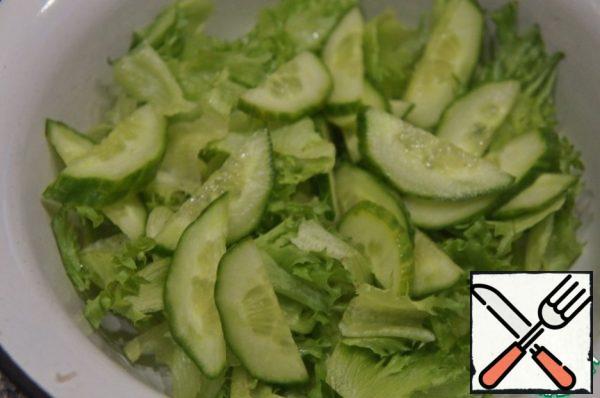 Add cucumber, cut into thin half-rings.