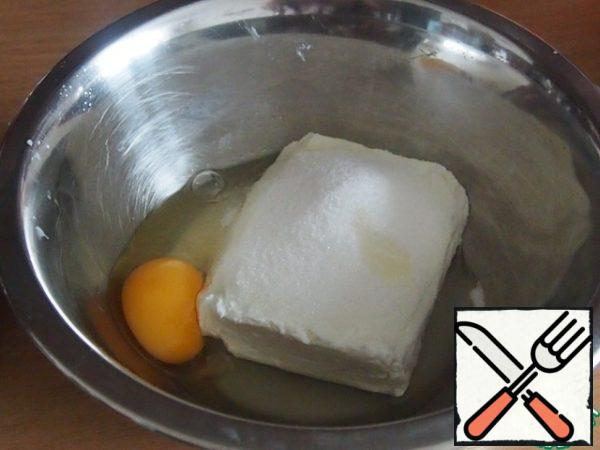Prepare the curd filling. Cottage cheese without grains mix with sugar, vanilla sugar and egg.