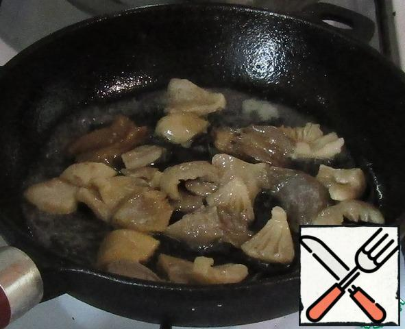 Fry the mushrooms in a pan over high heat for 15 minutes.