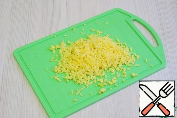 Eggs (2 pcs.) boil, grate the yolk on a fine grater.