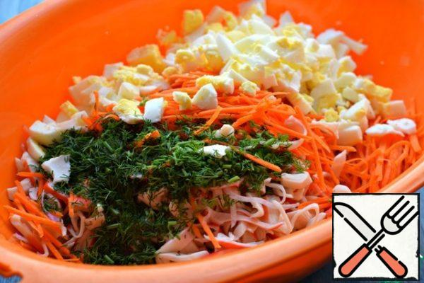 In a suitable container put vegetables and crab sticks, add chopped boiled eggs and chopped dill. Season the salad with a mixture of mayonnaise and sour cream. (or mayonnaise/sour cream in its pure form). Mix, try the salt.