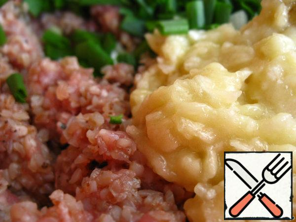 Bananas mash with a fork and mix with minced meat.