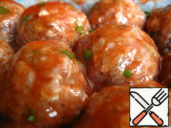 Pour the sauce over the meatballs in the shape so that each meatball has received his portion.