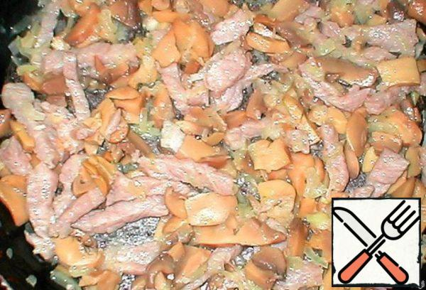 Chicken fillet finely chop, salt, pepper, you can add seasoning for chicken, sprinkle a little vegetable oil. In a frying pan fry chicken, bacon, if desired-finely chopped onion, mushrooms (your favorite).