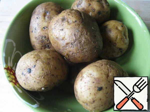 Potatoes take the number of people who will relax on a picnic. I was preparing a dish, as they say, to demonstrate the recipe and took 7 pieces. Potatoes thoroughly wash the brush.