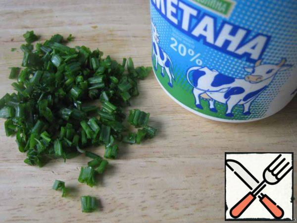 Take sour cream or yogurt without additives. Young people generally prefer mayonnaise. Finely chop the herbs and green onions.