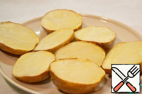 Ready to potatoes cut in half.