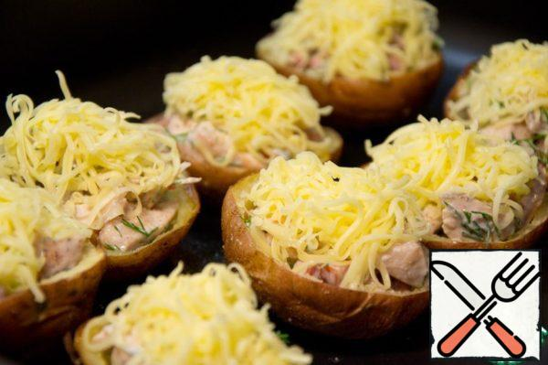 Fill with the filling of the boat. Sprinkle with grated cheese. Put in the oven until the cheese melts.