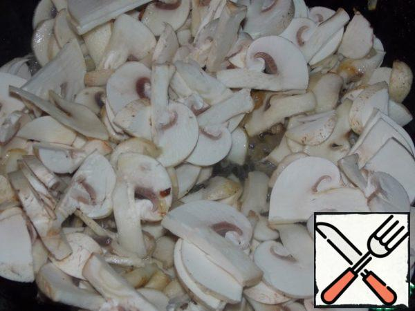 Mushrooms fry with onions.