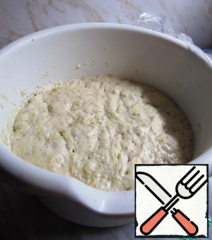 After two hours, the dough will grow very much. It will be seen that it is an active process. So the dough came.