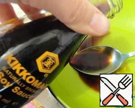 """In a small bowl, mix the soy sauce from """"Kikkoman"""", 3 tablespoons + 1 tablespoon lemon juice+ 2 tablespoons olive oil, mix."""