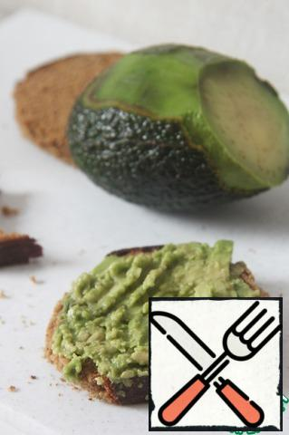 To give our dish the appearance of a Burger, cut out of bread circles the size of a cutlet. Maximum ripe avocado mash with a fork and spread on bread.