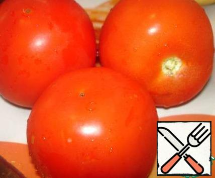 Tomatoes are cut into rings just before laying in a cauldron (or a pot with thick walls and bottom).