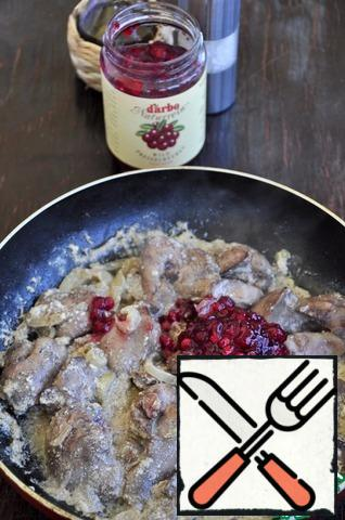 When the cream sauce boils, add 2 tablespoons of cowberry sauce. Mix well, salt and pepper.