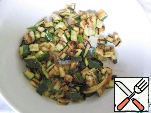 Zucchini cut into plates and fry on the grill with the addition of a tablespoon of olive oil. Zucchini also cut into cubes.