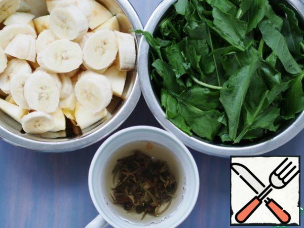 In 1/2 Cup of boiling water to brew 1 teaspoon green tea (about 5 min). Cut the fruit and sorrel.