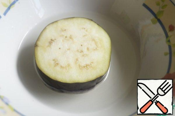 In a small bowl pour a little sunflower oil and dip it in eggplant on 2 sides, salt and fry on both sides until Golden brown. Remove from pan and allow to cool.