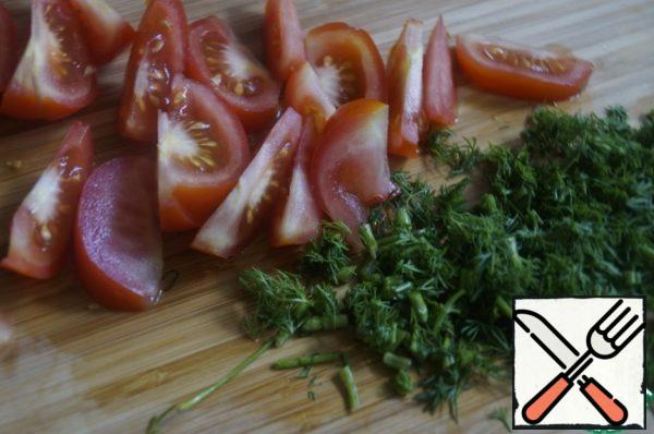 Cut the tomatoes into thin slices. Finely chop dill greens.