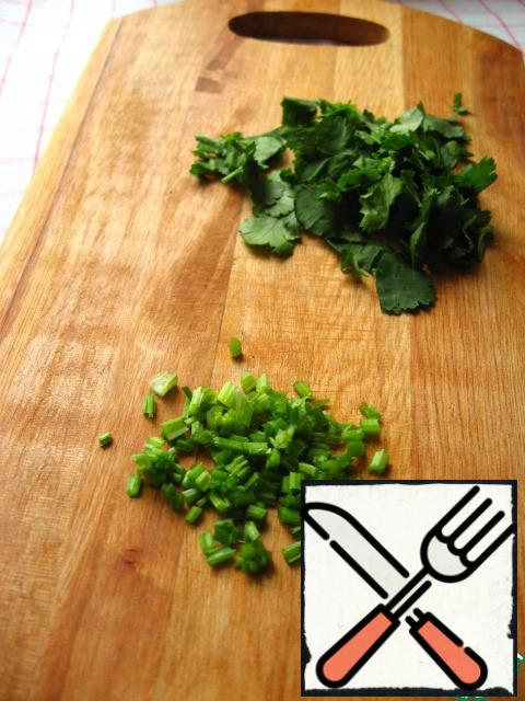 Cilantro disassemble the stems and leaves. Stems chop, chop the leaves coarsely.