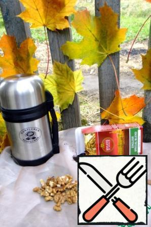 To prepare we need: black tea, walnuts - fresh, not to be bitter, cinnamon and, of course, water.