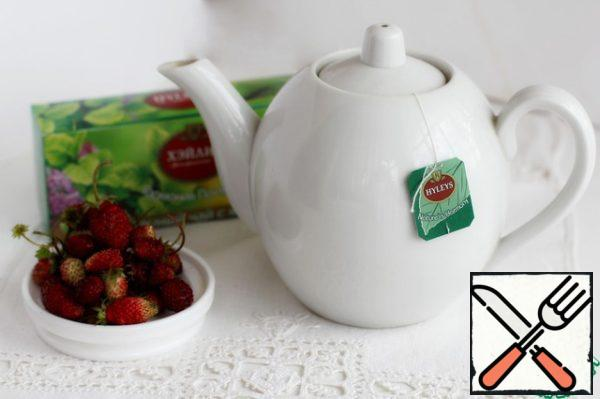 Strawberry berries are perfectly combined with the astringency of green tea and the coolness of mint. For this reason, Green tea with mint was chosen. Fill the bag tea with water about 80 degrees, this is the state of water when it just starts to boil, forming a haze. Let it brew for 3-5 minutes.