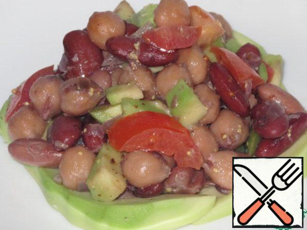 Combine beans, chickpeas, avocados and vegetables. Season with 2 tablespoons of sauce.
