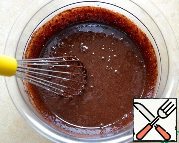 Yolks grind with sugar, add cocoa and beat all until sugar dissolves. Then pour a ladle of the milk and how to mix.