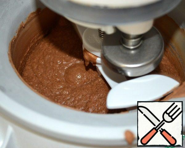 "Next, put the chocolate mixture in the freezer and cook, according to the manufacturer's instructions. If you do not have a machine for making ice cream, it's okay! It can be prepared and ""manually"". To do this, pour the cold mixture into a plastic container with a lid and put it in the freezer. After the first 45 minutes, remove the container with the mixture freezing at the edges and mix it very vigorously with a spatula or whisk, completely breaking the formed ""crystals"". Then continue to get and mix the freezing mixture every 30 minutes for 3-4 hours!"