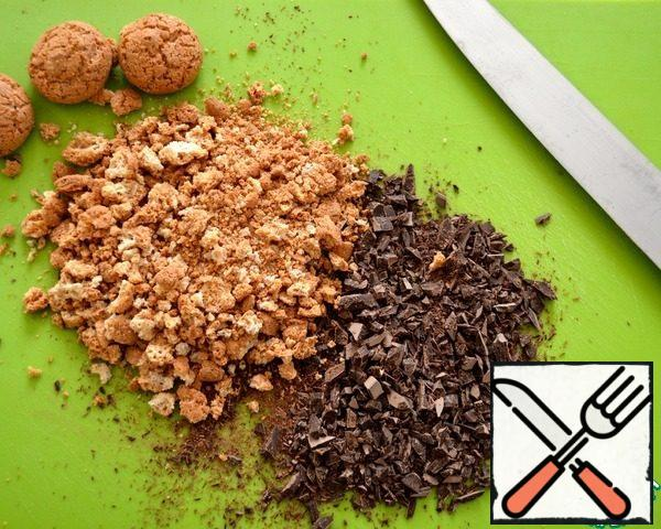 Pre-chop into small pieces of chocolate and break cookies (for lack of cookies Amaretti, you can take any other crispy cookies or even broken into pieces meringue).