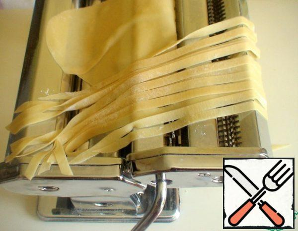 Cut the dough so that would have turned thin noodles. Put the noodles on a towel and leave to dry for 20-30 minutes