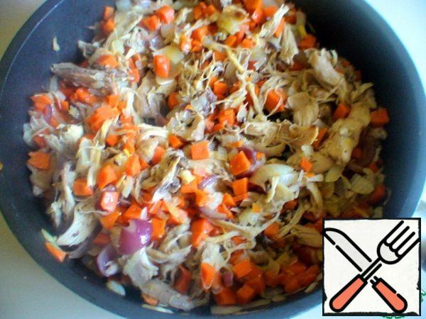 Peel the remaining vegetables, dice the carrots and chop the onion into half rings. Chicken thighs free from the bones. In a frying pan, heat some vegetable oil, sauté the vegetables, then add the meat. All hold on fire for 5 minutes.