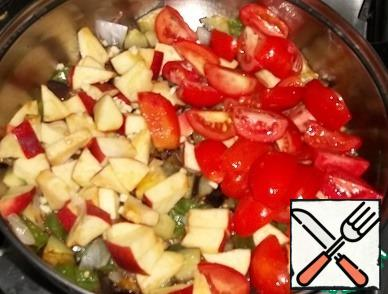Add, cut into large pieces apples, tomatoes, chopped garlic, vinegar, sugar, hot pepper (required), salt to taste.