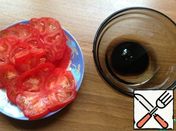 Tomatoes cut into thin slices and set aside. In a bowl, mix the soy sauce and vegetable oil. Season the salad and mix it gently. On a plate put the sliced tomatoes on top of salad. Optionally, you can decorate with sprigs of cilantro.