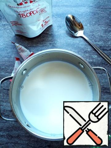 Pre-cook the cottage cheese. With leaven it is easy and simple. Cottage cheese is prepared on a well-known principle. Pour the leaven into the milk at room temperature. Mix thoroughly. Cover with a lid and put in heat.