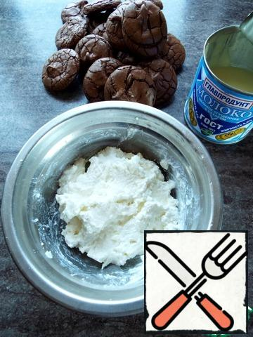 While the cookies cool, prepare the cream. Beat cottage cheese with condensed milk until smooth. If the cream is watery, you can add a little gelatin. You can add in cheese and powdered sugar and not condensed milk.