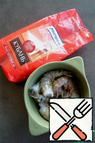 Thawed shrimp, peel the shell, remove the intestine.