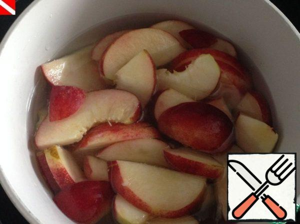 Reduce the heat, put the pieces of peach in the pan, bring to a boil again, turn off the heat and leave for half an hour.