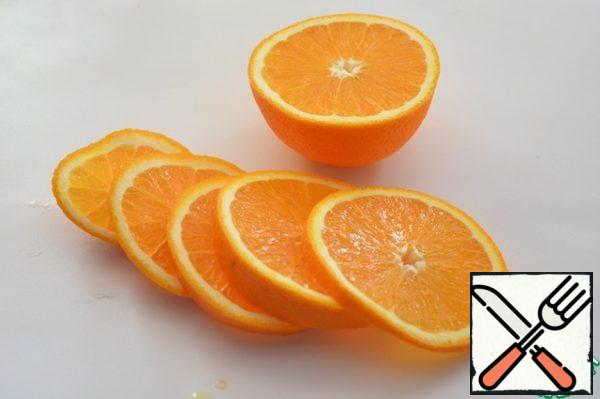 From half of the orange, squeeze the juice, the other half cut into rings.