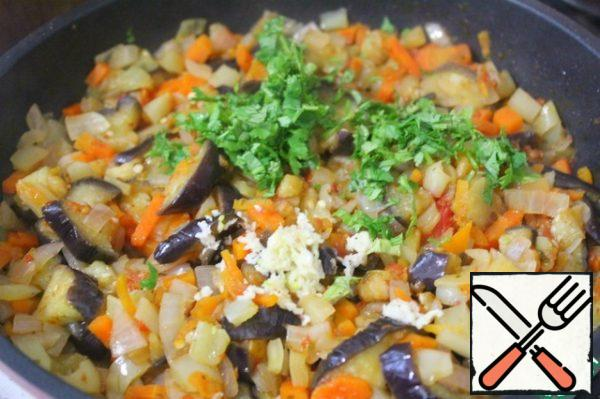 Squeeze the garlic into the vegetables. Turn off the heat, add the chopped herbs and mix. Tastes best when the eggs are well cooled.