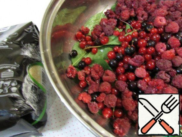 Put the cherry leaves and berry platter in a saucepan.