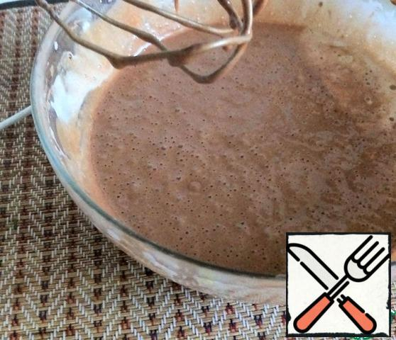 At low speed, gently introduce the melted chocolate mass into the eggs.