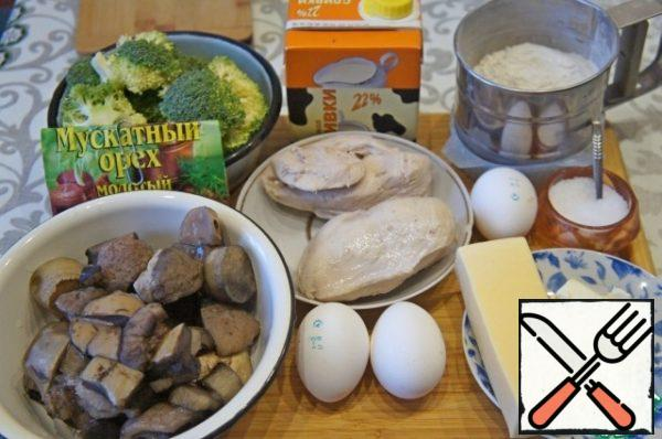 Prepare the products. Chicken fillet boil until tender, about 20 minutes after boiling. If broccoli is frozen, thaw it beforehand. However, with fresh broccoli pie turns out much tastier. Cheese grate on a fine grater.
