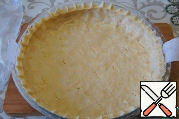 The form (I have, diameter 26 cm and height 4 cm) grease with butter, or lay a baking paper, put the dough, to make bumpers.