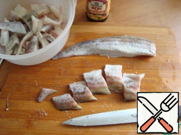 Cut into slices of fillet about 3 cm wide and sent in a suitable dish to marinate Pollack in soy sauce.
