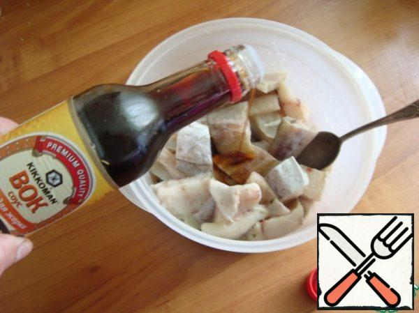 Pour the soy sauce. Stir, cover with a lid and allow to marinate for 15-20 minutes.