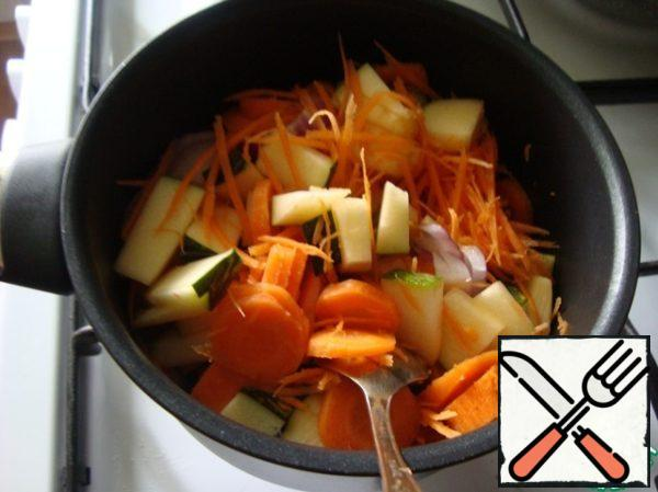 In a saucepan with a thick bottom poured oil and put all the vegetables at once. I didn't. Vegetables can be fried. I stewed vegetables.