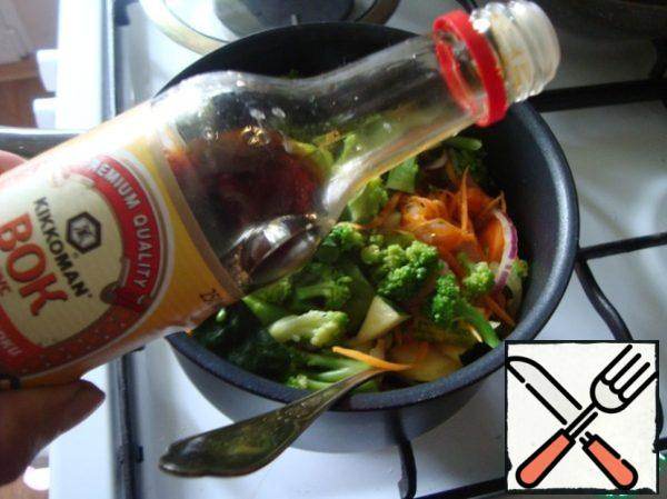 Spread the broccoli to the vegetables and pour the soy sauce. Stir and simmer for 15 minutes.