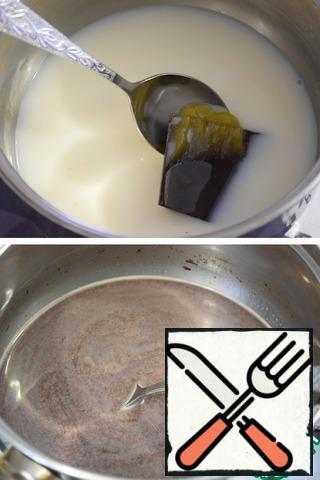 In the ladle pour water, milk, add honey and chocolate. Over medium heat dissolve the honey and chocolate. Boil is not necessary!