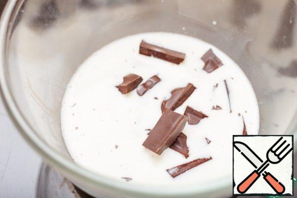 In hot cream, break the chocolate, stir until smooth.